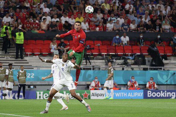 Защитник сборной Франции Преснель Кимпембе (слева) и нападающий сборной Португалии Криштиану Роналду