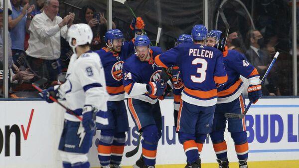 Хоккеисты Нью-Йорк Айлендерс празднуют гол в матче с Тампа-Бэй Лайтнинг