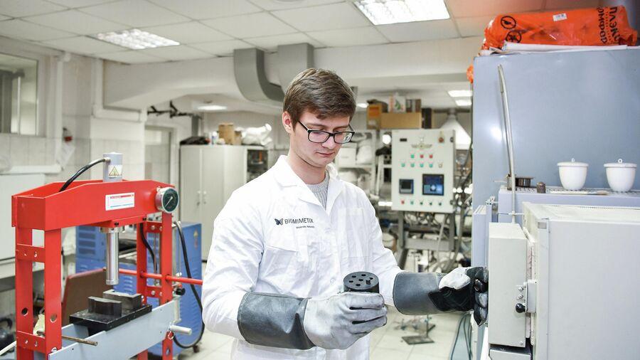 Выпускник Александр Чубрик в ходе опытных работ в лаборатории