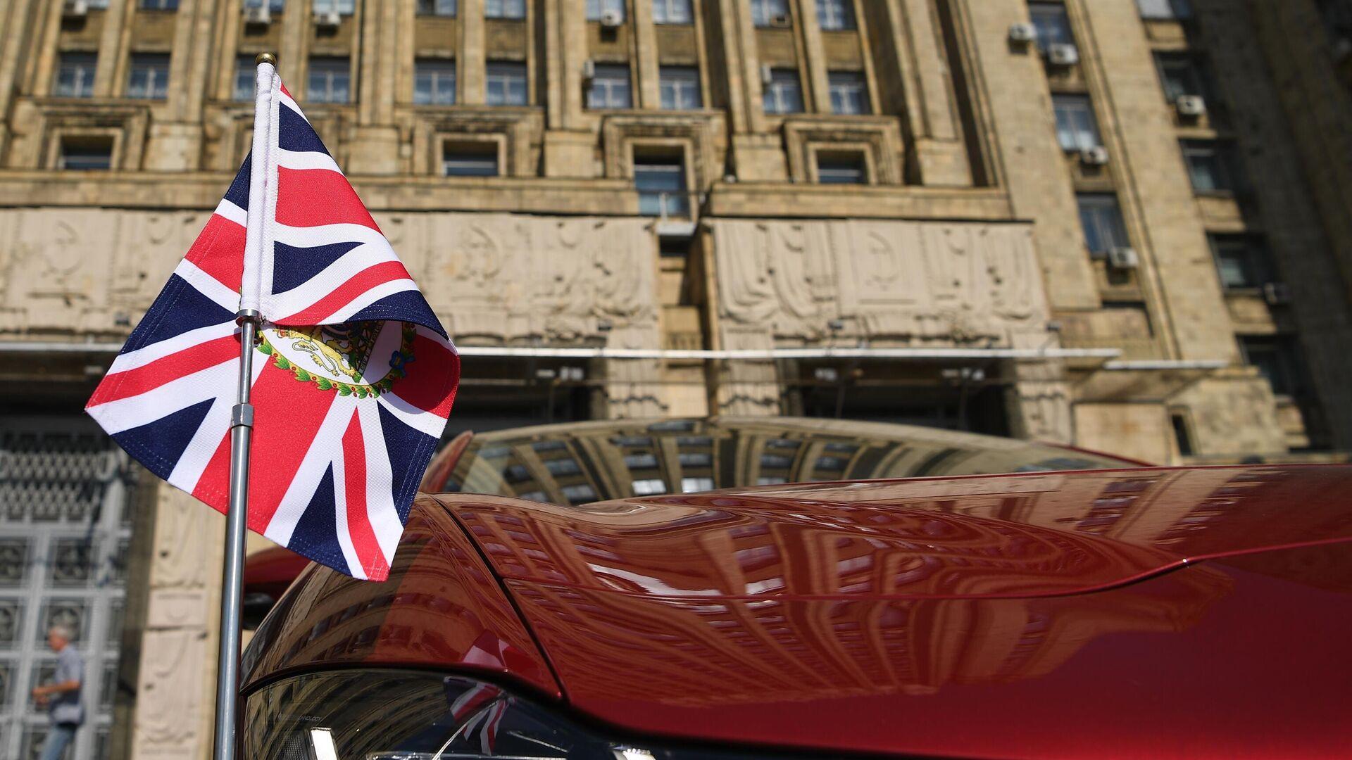 Автомобиль чрезвычайного и полномочного посла Великобритании Деборы Броннерт у здания МИД России - РИА Новости, 1920, 24.06.2021