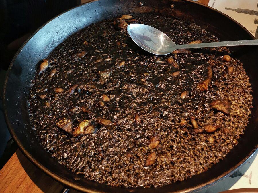 Знаменитый  черный рис арроз негро, это та же паэлья, но с каталонским характером