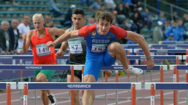 Сергей Шубенков (справа) в забеге на 110 метров с барьерами среди мужчин на чемпионате России по легкой атлетике в Челябинске.