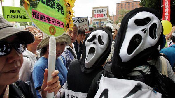 Участники антиядерной демонстрации в Токио, Япония