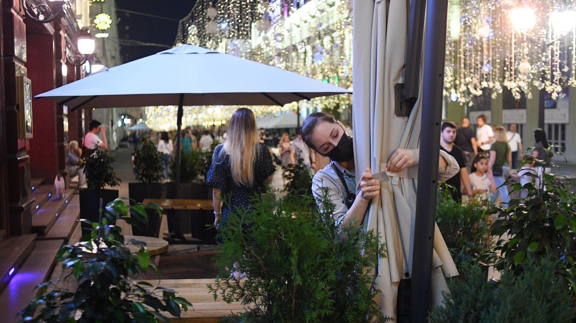 Сотрудница во время закрытия одного из ресторанов на Никольской улице в Москве - РИА Новости, 1920, 15.07.2021