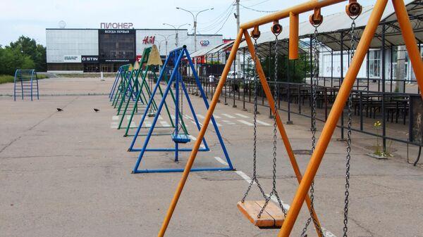 Опустевшая детская площадка у ТЦ Пионер в Улан-Удэ