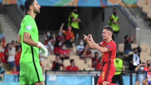 Полузащитник сборной Бельгии Торган Азар (справа)