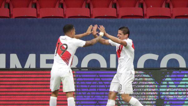 Футболисты сборной Перу Йошимар Йотун и Андре Карильо