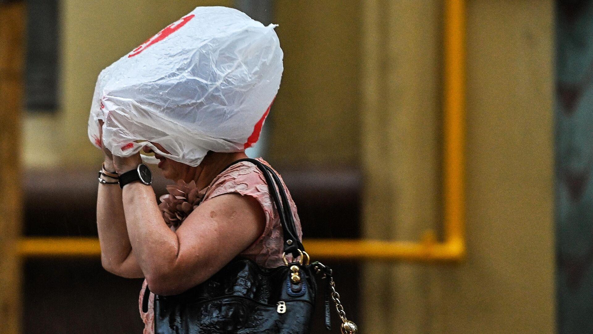 Женщина на одной из улиц в Москве во время дождя - РИА Новости, 1920, 01.07.2021