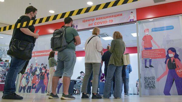 Люди в очереди на вакцинацию от коронавируса в ТК Заневский каскад в Санкт-Петербурге