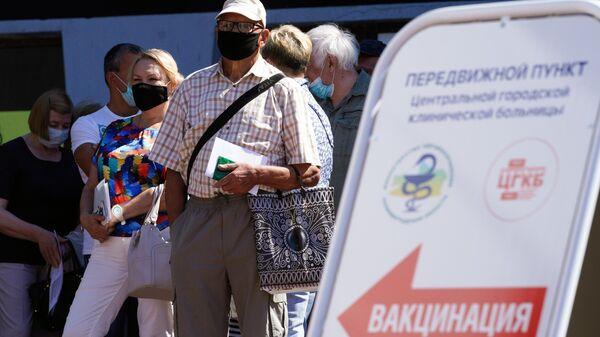 Люди в очереди на прививку от коронавируса