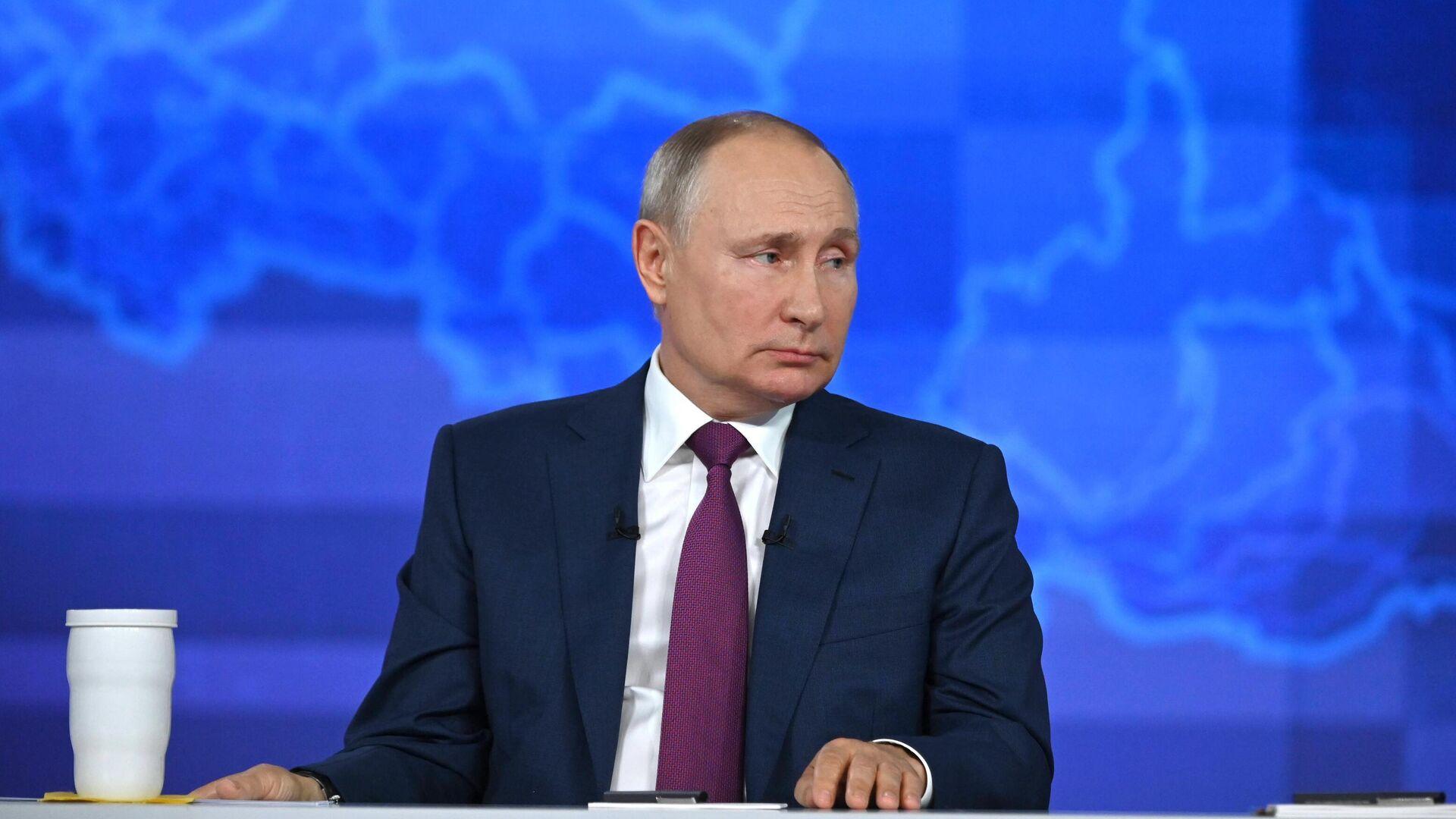 Президент РФ Владимир Путин отвечает на вопросы во время ежегодной специальной программы Прямая линия с Владимиром Путиным - РИА Новости, 1920, 30.06.2021