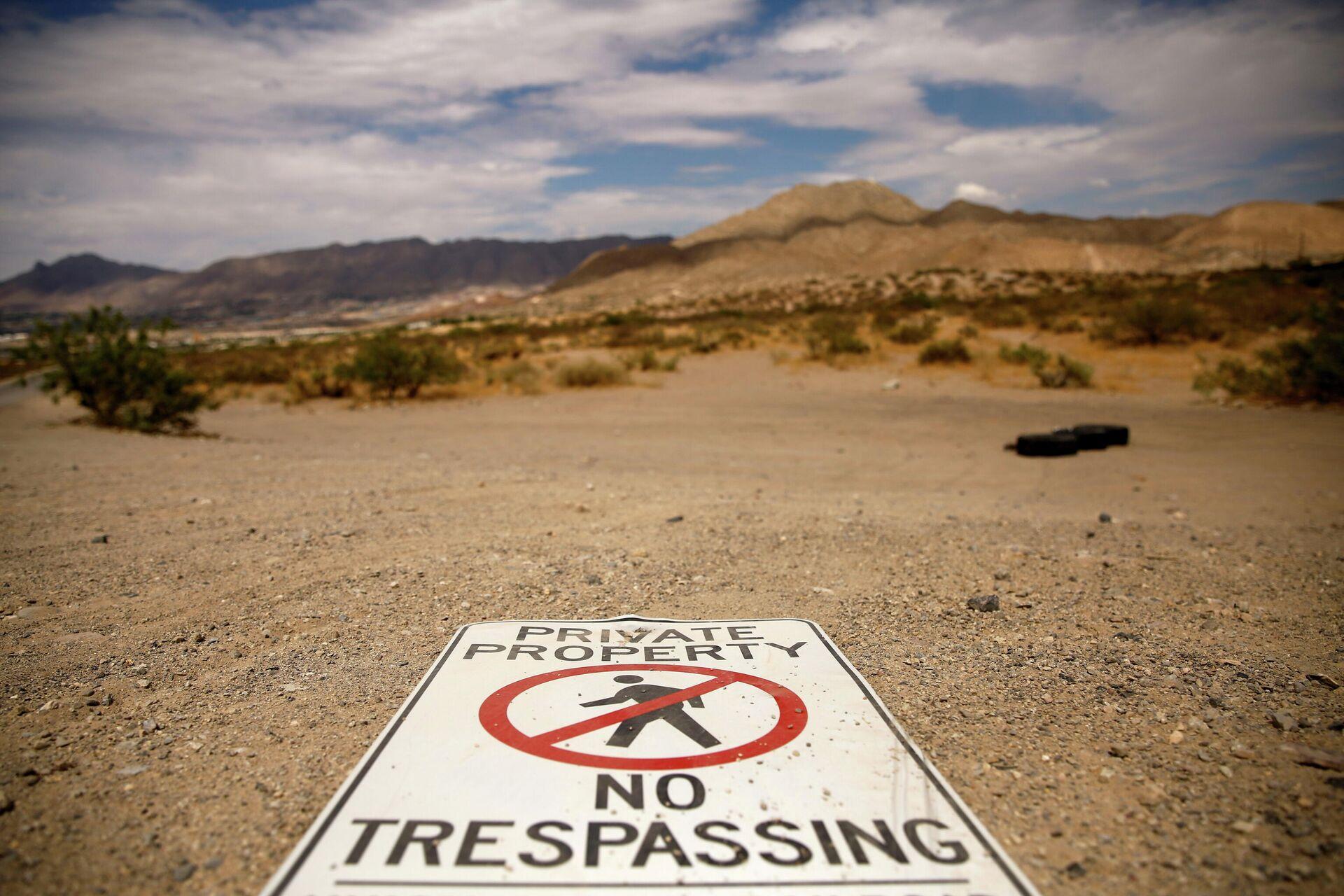 Знак, предупреждающий об опасностях незаконного пересечения границы между Мексикой и США в Санленд-парке - РИА Новости, 1920, 30.06.2021