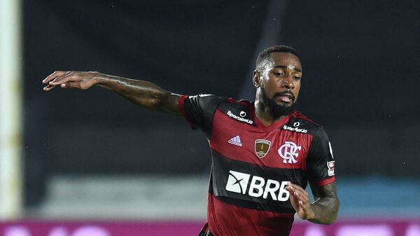 Brazil's Flamengo Gerson (R) is marked by Argentina's Racing Club Chilean Eugenio Mena during their closed-door Copa Libertadores round before the quarterfinals football match at the Presidente Peron stadium in Avellaneda, Buenos Aires Province, Argentina, on November 24, 2020. (Photo by Marcelo Endelli / POOL / AFP)