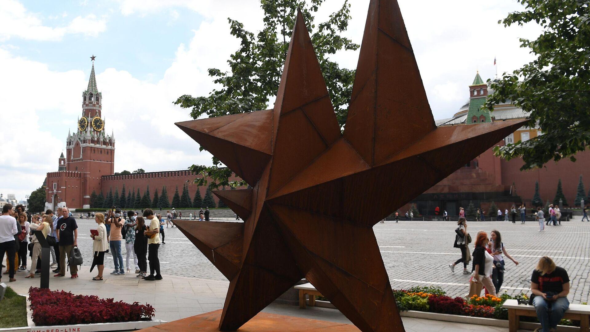Работа Звезда скульптора Рината Волигамси на выставке российского паблик-арта Красный сад на Красной площади - РИА Новости, 1920, 03.07.2021