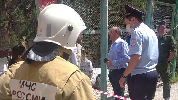 Сотрудники полиции и МЧС на месте падения автомобиля с подъемника, Кабардино-Балкария