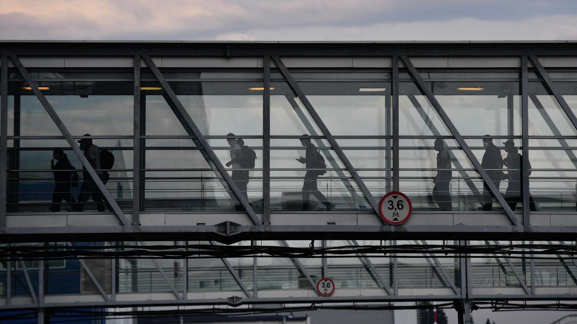 Пассажиры в аэропорту Кольцово в Екатеринбурге - РИА Новости, 1920, 05.08.2021