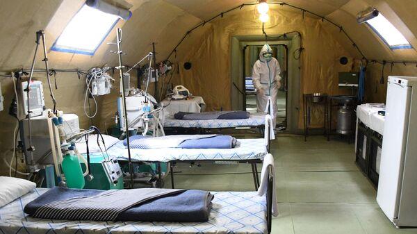 Медик в полевом госпитале, развернутом для больных COVID-19