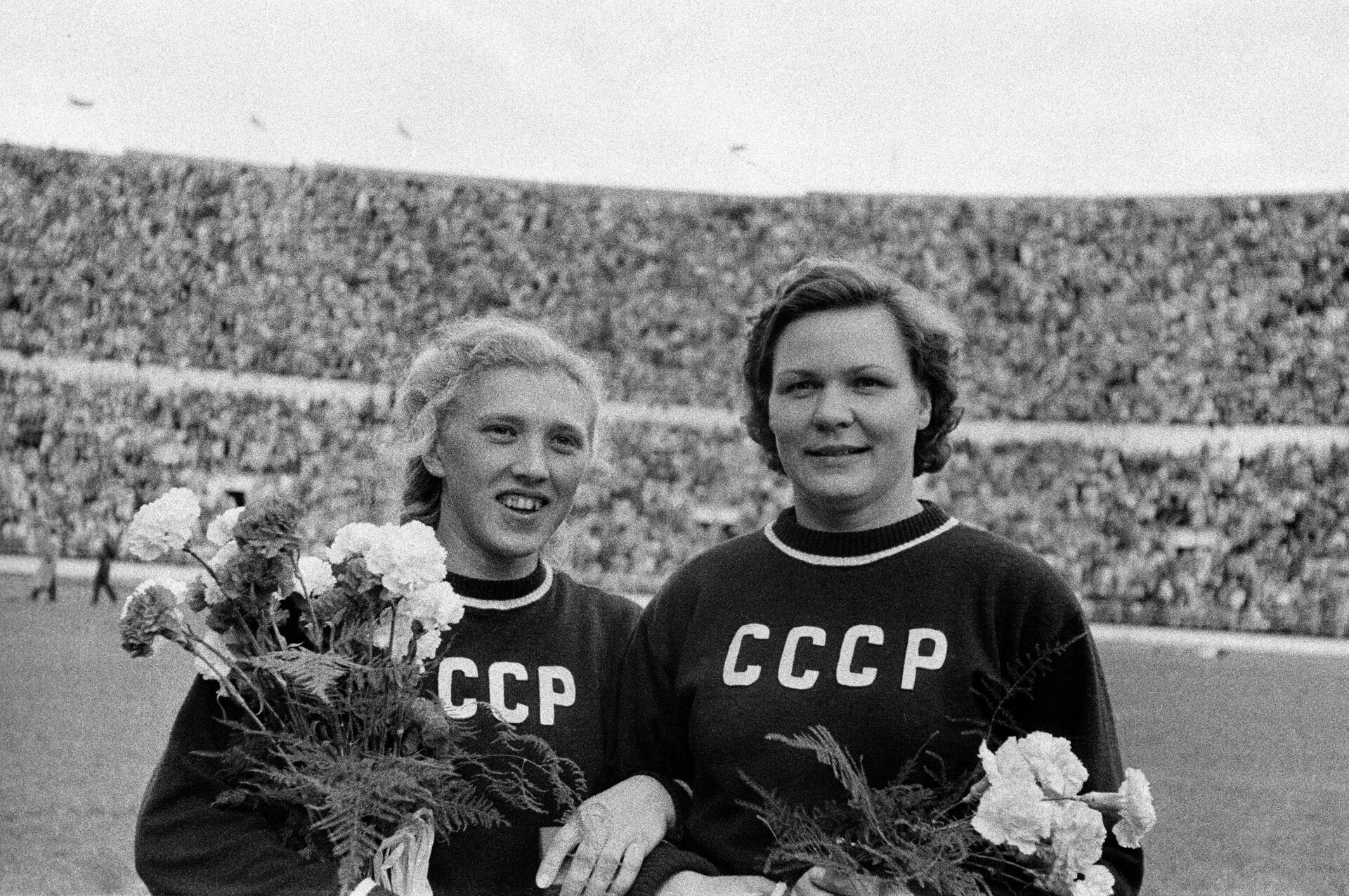 Галина Зыбина (слева) и Клавдия Точенова на Олимпийских играх 1952 года - РИА Новости, 1920, 05.07.2021
