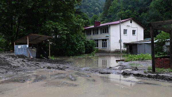 Подтопленные из-за выхода из берегов реки Кепшы дворы в Сочи