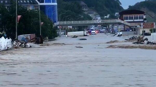 Доплыть до дома: кадры затоплений в Туапсе