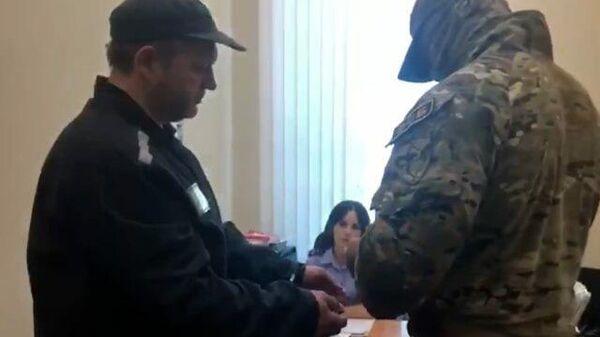 Экс-губернатора Кировской области доставили к следователю. Кадры СК РФ