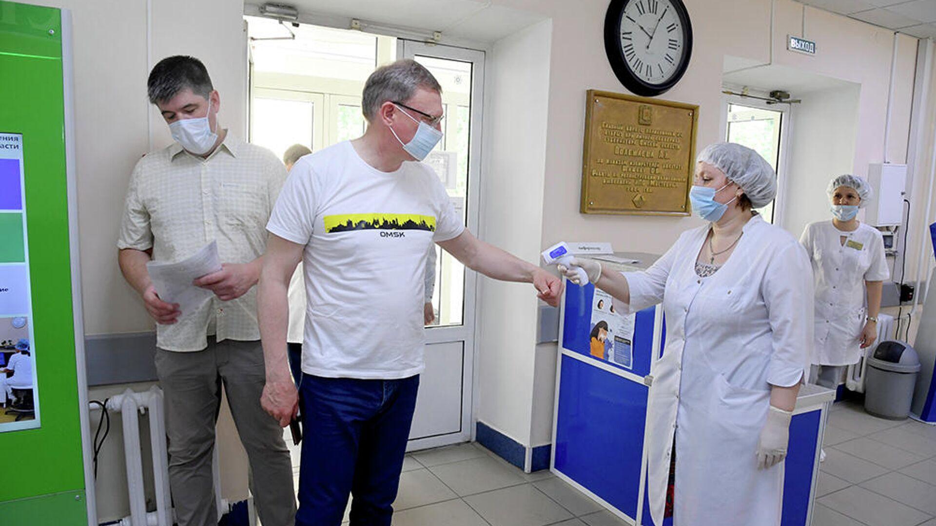 Омский губернатор проверил организацию вакцинации населения в больницах - РИА Новости, 1920, 06.07.2021
