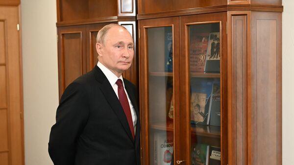 Президент РФ Владимир Путин перед началом встречи с губернатором Кемеровской области Сергеем Цивилевым