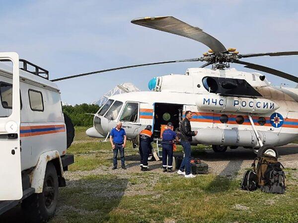 Сотрудники спасательной службы МЧС РФ, доставленные на вертолёте Ми-8МТВ-1 на поиски самолета Ан-26,