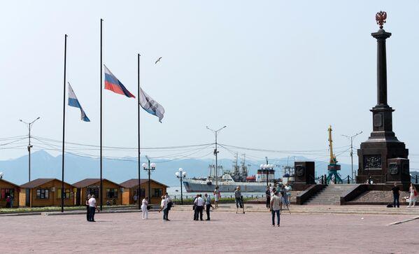 В Петропавловске-Камчатском приспущены государственные флаги Российской Федерации, флаги Камчатского края и Петропавловска-Камчатского городского округа, отменены развлекательные мероприятия.
