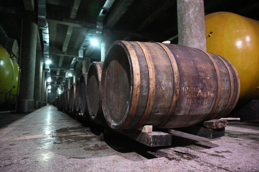 Бочки с вином на винодельне Хареба в регионе Кахетия в Грузии