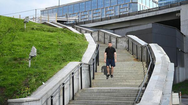 Мужчина спускается по лестнице возле БЦ Президент Плаза в Москве