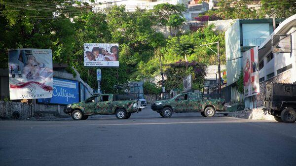 Военные машины блокируют въезд в Петион-Вилль, Гаити