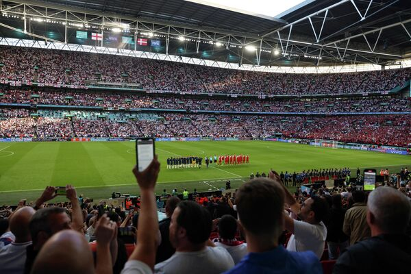 Футболисты сборных Англии и Дании