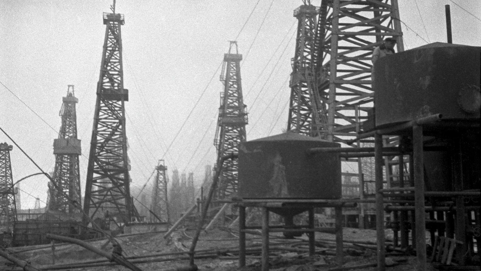 Добыча нефти на нефтяных промыслах Баку. 1939 год - РИА Новости, 1920, 08.07.2021