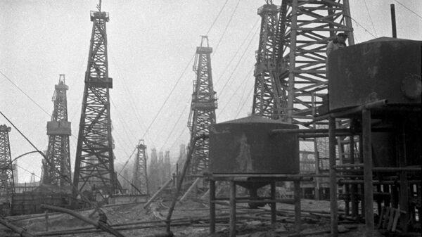 Добыча нефти на нефтяных промыслах Баку. 1939 год
