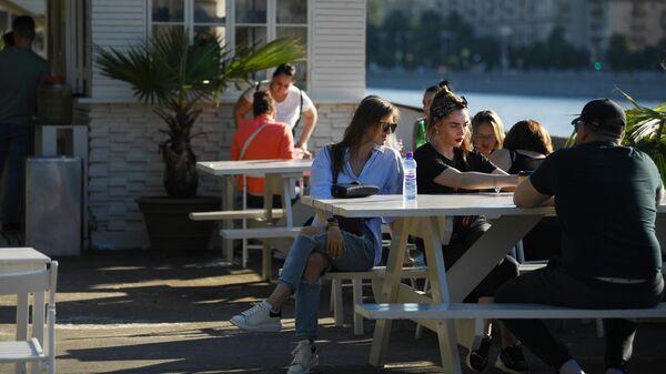 Посетители в кафе на Фрунзенской набережной в Москве