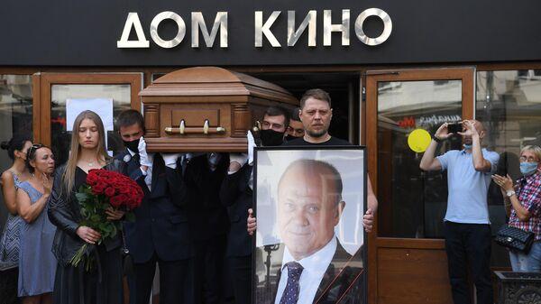 Церемония прощания с Владимиром Меньшовым в Центральном доме кинематографистов в Москве