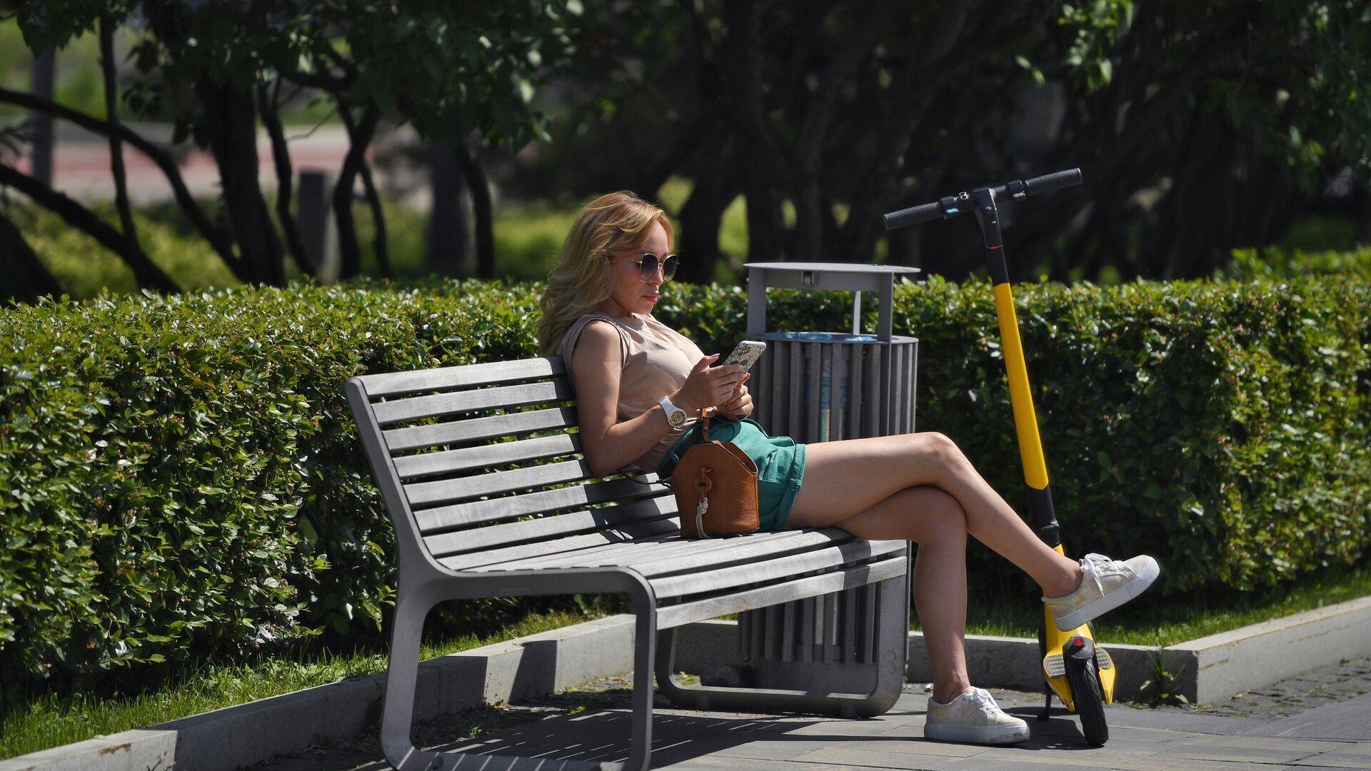 Девушка со смартфоном в парке - РИА Новости, 1920, 26.07.2021