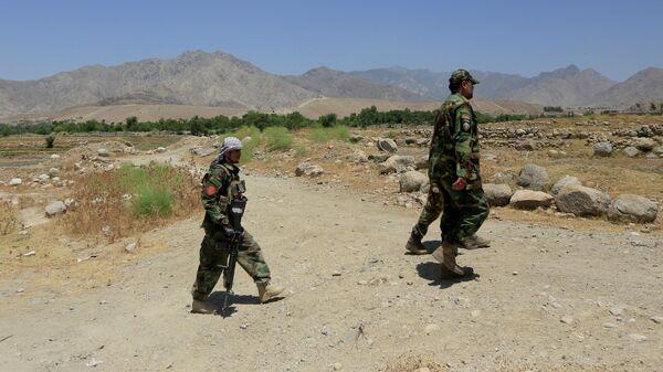 Военнослужащие Афганской национальной армии патрулируют территорию возле контрольно-пропускного пункта, отбитого у талибов, в провинции Лагман