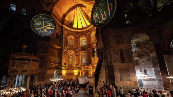 Прихожане молятся в Соборе Святой Софии в Стамбуле