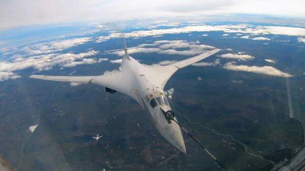 Ракетоносцы Ту-160 провели дозаправку в воздухе, возвращаясь с учений. Кадры Минобороны РФ