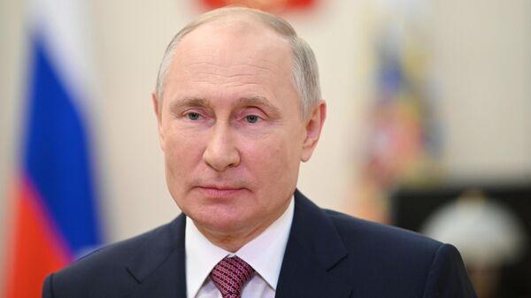 Президент РФ Владимир Путин поздравляет в видеообращении выпускников вузов с завершением обучения