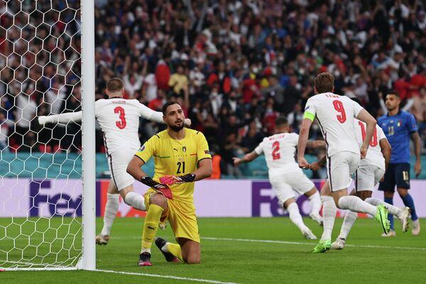 Футболисты сборной Англии и вратарь сборной Италии Джанлуиджи Доннарумма