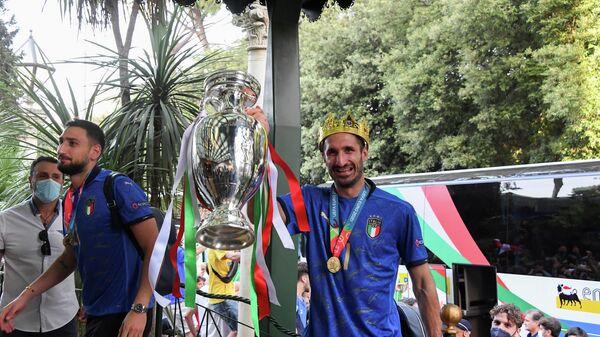 Сборная Италии с трофеем чемпионата Европы в Риме