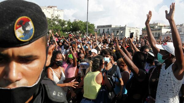 Участники акции в поддержку правительства и президента в Гаване, Куба