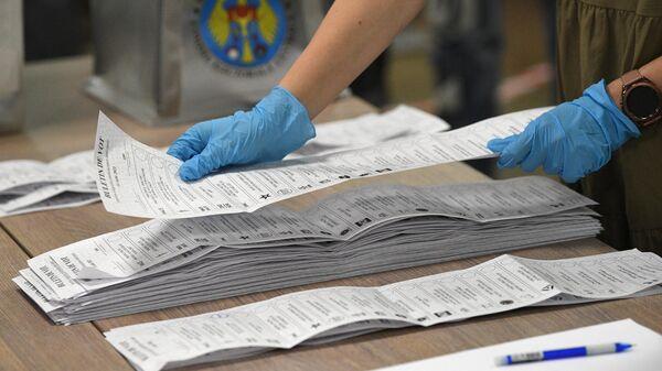 Подсчет голосов на избирательном участке № 1/109 в Кишиневе во время досрочных парламентских выборов в Молдавии