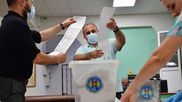 Подсчет голосов на избирательном участке в Кишиневе во время досрочных парламентских выборов в Молдавии
