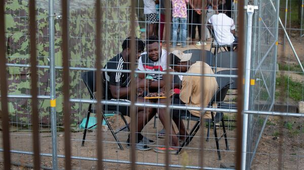 Мигранты в лагере беженцев в городе Пабраде