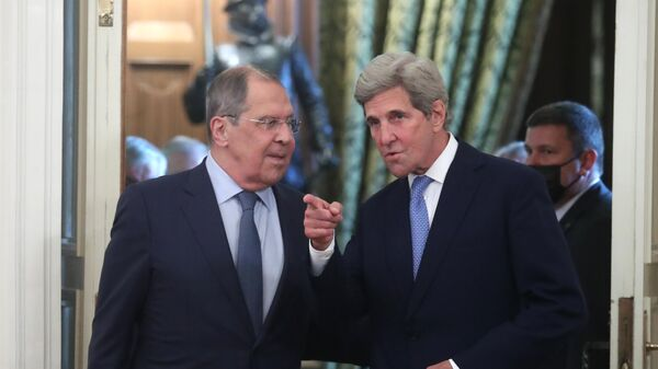 Министр иностранных дел РФ Сергей Лавров и специальный представитель президента США по вопросам климата Джон Керри во время встречи в Москве