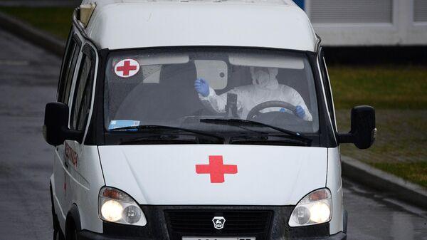 Машина скорой помощи у карантинного центра по коронавирусу в Коммунарке